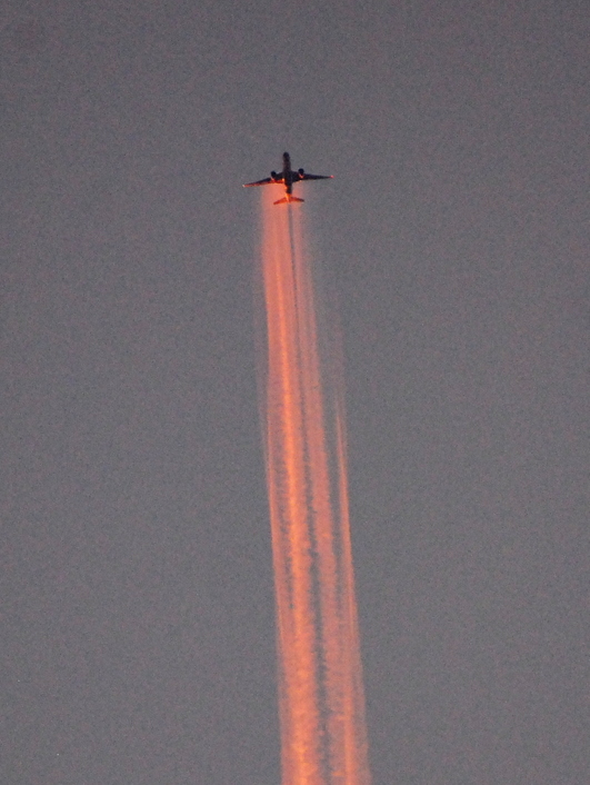 1-15.04.07 赤い飛行機雲.jpg