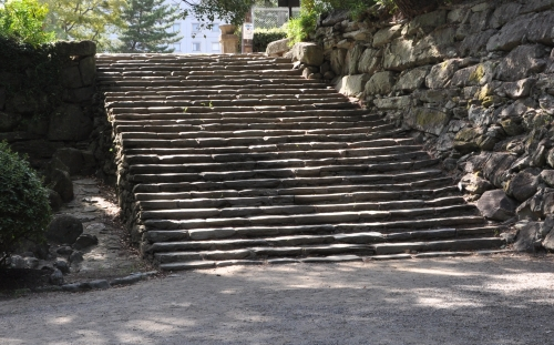 s-10.09.04 和歌山城公園鶴の渓付近の石段.jpg