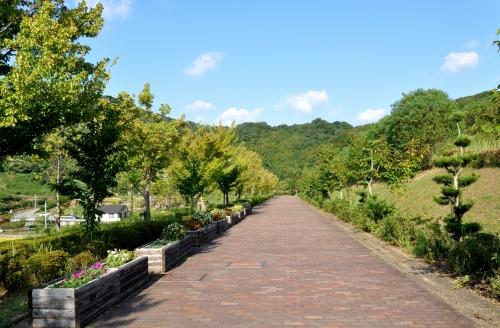 s-10.09.22 だーれもいない四季の郷公園の歩道.jpg